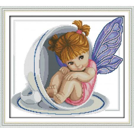 Mały aniołek w filiżance